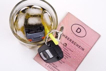 Schnapsglas mit Auto, Schlüssel und Führerschein